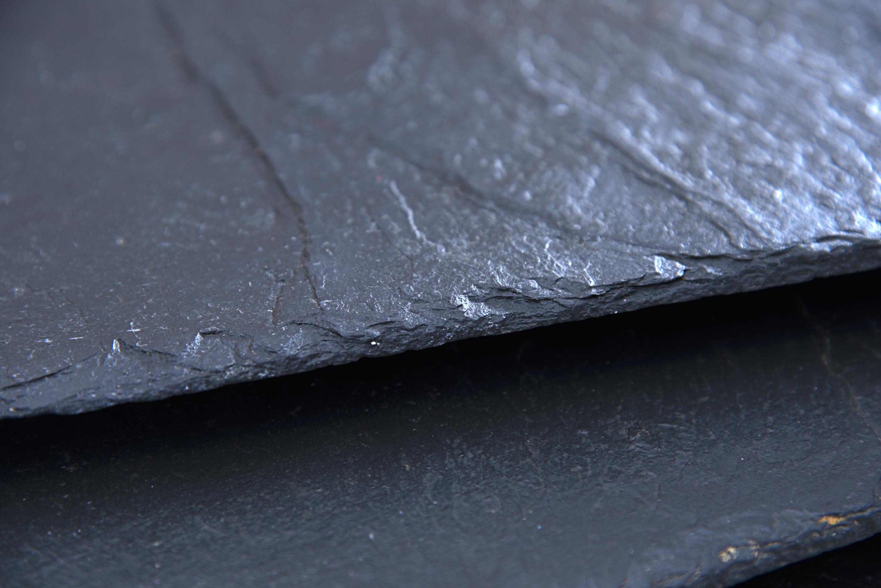 Naturschiefer mit natürlicher Kante, Oberfläche leicht geölt